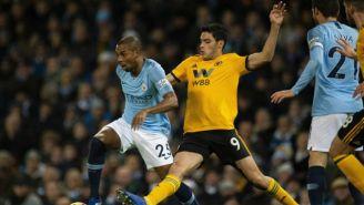 Fernandinho y Jiménez disputan el balón