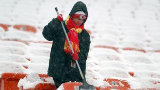 Una persona retira nieve de las gradas del Arrowhead Stadium
