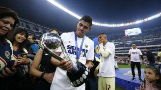 Joe Corona con el trofeo de la Liga MX