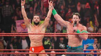 John Cena le levanta el brazo a Finn Bálor