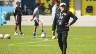 Miguel Herrera dirige un entrenamiento en Coapa