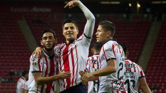 Ronaldo Cisneros es felicitado por sus compañeros