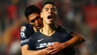 Felipe Mora festeja un gol con Pumas