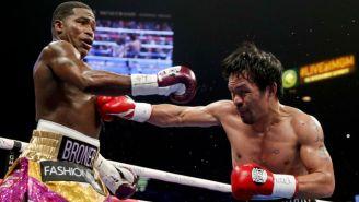 Manny Pacquiao conectándole un golpe a Adrien Broner