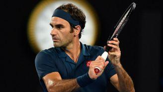 Federer con su raqueta en el juego frente a Stefanos Tsitsipas