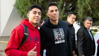 Salcedo posa con un fan tras presentar exámenes médico con Tigres