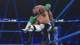 Andrade y Rey Mysterio en un esquinero del ring