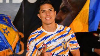 Carlos Salcedo saluda en su presentación con Tigres