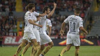 Jugadores de Pumas festejan el gol de Arribas