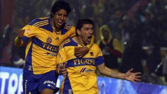 Jugadores de Tigres festejan un gol en la Final del 2011 contra Santos