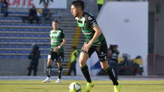 Diego Valdés conduce el esférico en un duelo con Santos