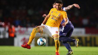 Francisco Venegas disputa un balón frente a Menéndez de Veracruz