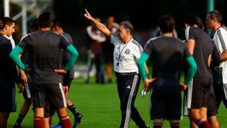 Martino da indicaciones en su primer entrenamiento con el Tri