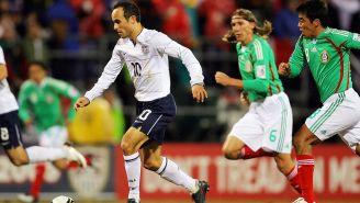 Donovan conduce el balón durante un partido contra México