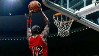 Michael Jordan portando el jersey 12