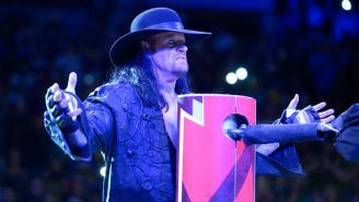 The Undertaker hace su entrada en la WWE