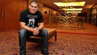 Caín Velásquez se muestra tranquilo en la sesión de fotos