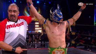Ladero Kid posa con el campeonato Crucero AAA
