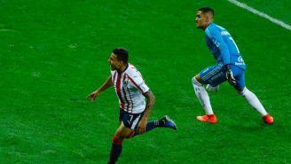 Alexis Vega festeja su primer gol con Chivas