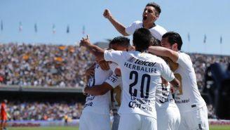 Jugadores de Pumas festejan gol de González