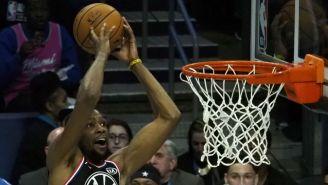 Kevin Durant clava el balón durante el partido