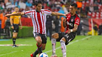 Walter Sandoval y Ulises Cardona pelean por el balón