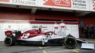 Kimi Raikkonen y Antonio Giovinazzi junto al Alfa Romeo C38
