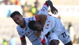 Mauro Lainez y Yago Da Silva festejan un gol de Lobos BUAP