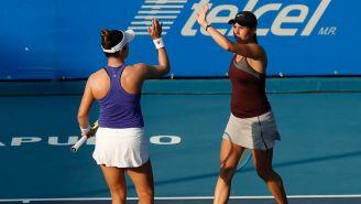 Guiliana Olmos (der.) festeja con su compañera Desirae Krawczyk en la Semifinal de dobles del Abierto Mexicano de Tenis
