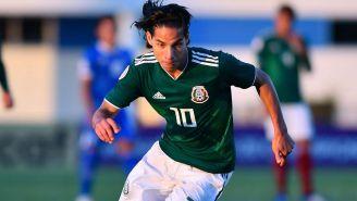 Diego Lainez conduce el balón en un juego del Tri