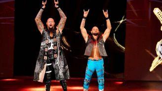 Luke Gallows y Karl Anderson hacen su entrada al ring