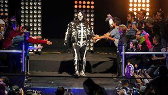 La Parka hace su entrada al ring