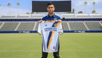 Efraín Álvarez presume la camiseta del LA Galaxy