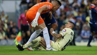 Vikonis reclamadole a Nico Castillo tras el choque