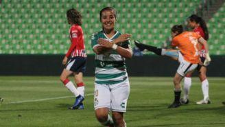 Cinthya Peraza festeja tras su gol frente a Chivas en el C2019