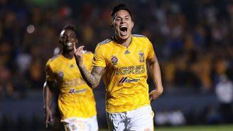 Carlos Salcedo celebra su gol contra Red Bull