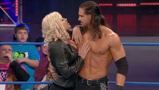 Momento en que Taya y Johnny festejan en el ring