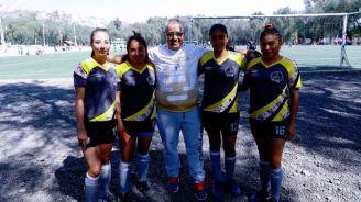 Daniel Solís y jugadoras del club femenil