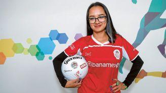 Laura López Bañuelos sostiene la esférica