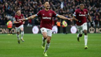 Chicharito festeja uno de sus goles contra Huddersfield