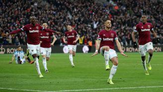 Chicharito festeja victoria frente al Huddersfield