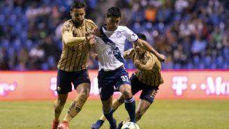 Alustiza conduce el balón ante la marca de dos jugadores de Pumas