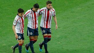 Alan Pulido abandona el terreno de juego tras lesión en Clásico Nacional