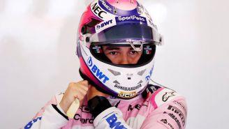 Checo Pérez se pone su casco previo a una carrera