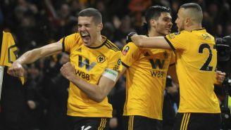 Jugadores del Wolves festejan gol contra Man United