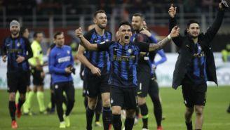 Jugadores del Inter festejan su triunfo frente al Milan