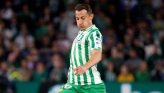 Guardado conduce el balón en el juego frente al Barcelona