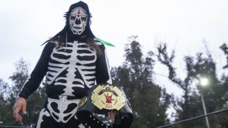 La Parka con el cinturón que lo acredita como Campeón del evento