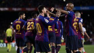 Vidal festeja con Messi un gol del Barcelona