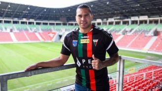 Carlos Peña posa con el jersey de GKS Tychy